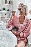 coffee cup dressing girl gown morning white στοκ εικόνες με δικαίωμα ελεύθερης χρήσης