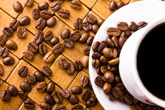 Coffee cup with fresh coffe beans Royalty Free Stock Images