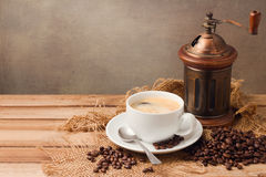 Coffee cup and fresh coffee beans on wooden table Royalty Free Stock Photos