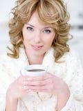 coffee cup holding woman Στοκ Φωτογραφία