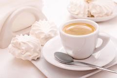 Coffee cup with marshmallow Royalty Free Stock Photos