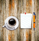 Coffee cup with note paper pen on the wood background Royalty Free Stock Images