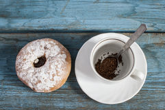 Coffee cup with sugar powdered bun Royalty Free Stock Photos