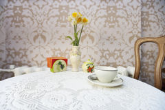 Coffee cup with vase on cafe table Royalty Free Stock Photography