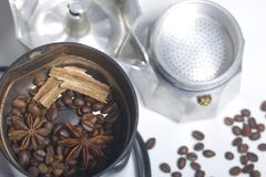 Coffee grinders, anise and cinnamon with other spices are covered in the coffee grinder. Next to it is a geyser coffee machine, di Royalty Free Stock Photo