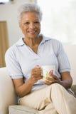 coffee living room sitting smiling woman Στοκ εικόνα με δικαίωμα ελεύθερης χρήσης
