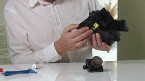 一个人修理咖啡机的一个coffee-making单位,咖啡壶维修车间  股票录像