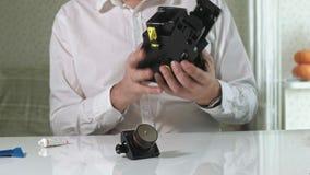 一个人修理咖啡机的一个coffee-making单位,咖啡壶维修车间  股票视频