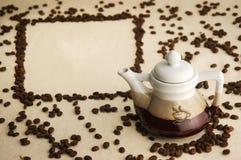 Coffee-pot met koffiebonen Royalty-vrije Stock Foto's