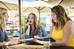 Coffee shopaffärsmöte med 3 unga professionell royaltyfria bilder