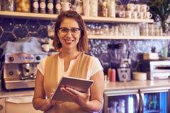 Coffee shopanställd som ler på kameran Royaltyfri Fotografi
