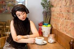 coffee shopkvinna fotografering för bildbyråer