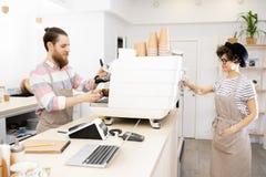 Coffee shoppersonal på arbete arkivbilder