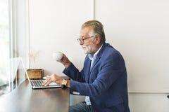 Coffee shopRealxation för hög man funktionsdugligt begrepp royaltyfri fotografi