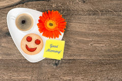 Coffee with smiling cookie and daisy flower Stock Photography