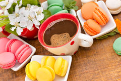 Coffee and tasty treat (macaroons - macaron) Stock Images