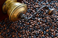 Coffee and vintage coffee grinder Royalty Free Stock Photography