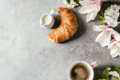 Coffee With Spring Flowers Royalty Free Stock Photos
