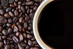 Coffeebean vit kopp royaltyfri fotografi