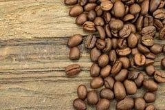 Coffeebeans asados en fondo de madera Foto de archivo
