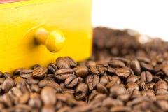 Coffeebeans com moedor de café Fotos de Stock Royalty Free