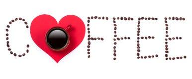 Coffeebeanstekst en rode koffiekop met hart op witte backgrou Stock Afbeeldingen