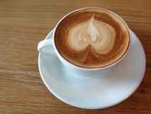 Coffeecup με την τέχνη μορφής καρδιών στον αφρό Στοκ Φωτογραφία