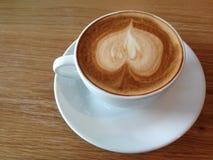 Coffeecup de avec art de forme de coeur sur la mousse Photographie stock