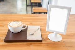 Coffeecup i egzamin próbny w górę białej etykietki ramy Zdjęcia Stock