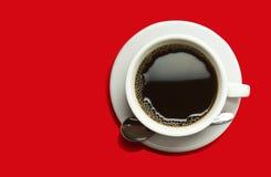 Coffeecup mit Kaffee auf einem roten Hintergrund Stockbild