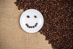 Coffeeplate branco com coffeebeans do smiley Imagens de Stock Royalty Free
