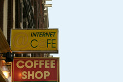 Coffeeshop e Internet de la muestra Imágenes de archivo libres de regalías