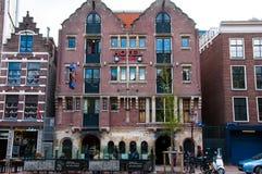 Coffeeshop et hôtel célèbres de bouledogue d'Amsterdam au quartier chaud pendant la soirée, Pays-Bas Photos stock