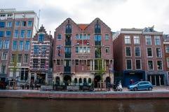 Coffeeshop et hôtel célèbres de bouledogue d'Amsterdam au quartier chaud pendant la soirée, Pays-Bas Photographie stock