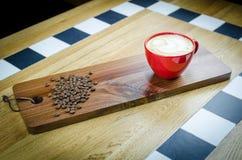 Coffekop met Bonen op houten plaat Royalty-vrije Stock Fotografie