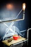 Coffekop met Bonen op houten plaat Royalty-vrije Stock Afbeeldingen