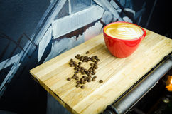 Coffekop met Bonen op Plaat Stock Afbeelding