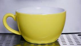 Coffemachine die automatisch een cappuccino maken stock footage