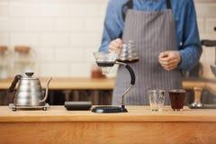 Coffes s готовое Barista подготовило кофе с ручным виноделом потека Стоковые Фотографии RF