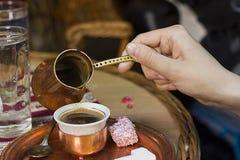 coffeset som fyller i coffekopp Arkivbilder