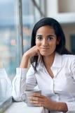 Cofffee potable de femme d'affaires image stock
