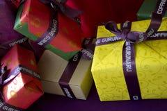Coffine Gurunaru咖啡馆圣诞节窗口礼物显示 免版税库存照片