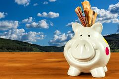 Coffre au trésor avec d'euro billets de banque Tirelire sur l'argent d'économie Le concept des opérations bancaires image stock