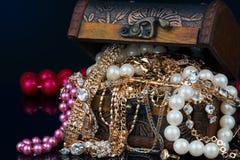 Coffre avec des bijoux sur le fond foncé Photo stock