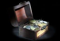 Coffre avec des pièces de monnaie Image stock