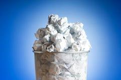 Coffre d'ordures avec la perte de papier d'isolement Photo stock