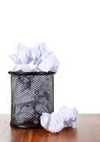 Coffre d'ordures avec le papier de rebut images libres de droits