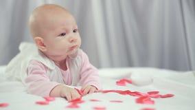 Coffre de bébé et coeurs rouges banque de vidéos