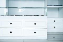 Coffre de garde-robe des tiroirs blanc, vestiaire intérieur, magasin images libres de droits