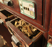 Coffre de médecine chinoise antique Photo stock
